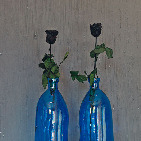Butelka dali niebieska w aranżacji