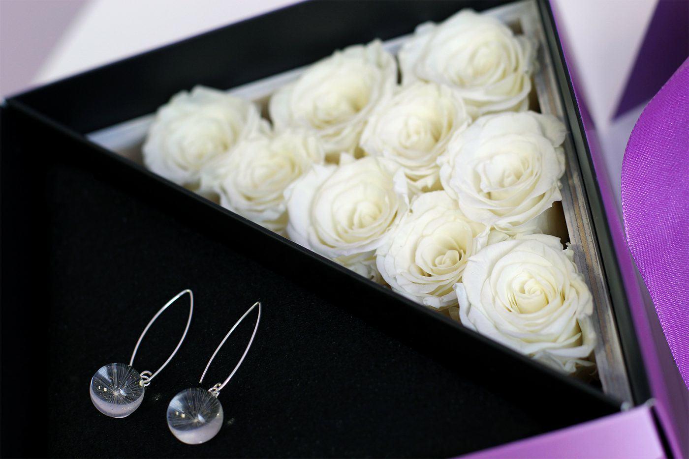 Róże wieczne plus oryginalne kolczyki to idealne połączenie